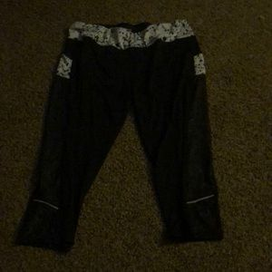 Cropped yoga pants with side pockets